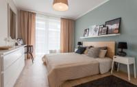 Spálňa v pastelových tónoch s veľkou posteľou