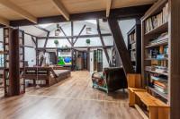 Hnedý rustikálny nábytok vo veľkej obývačke s nádychom histórie