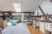 Svetlý nábytok v priestrannej podkrovnej detskej izbe