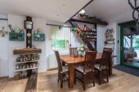 Masívny drevený jedálenský stôl a stoličky v rustikálnej jedálni