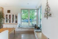 Biela drevená knižnica vo svetlej provensálskej obývačke