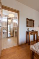 Veľké zrkadlo s ozdobným rámom v elegantnej béžovej kúpeľni