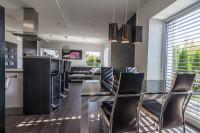 Jedálenský stôl v modernej kuchyni v tmavých farbách