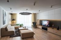 Svetlá rohová sedačka v minimalistickej obývačke