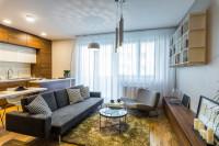 Sivá minimalistická pohovka v elegantnej modernej obývačke