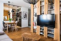 Otvorená obývačka s kuchyňou v prírodných materiáloch