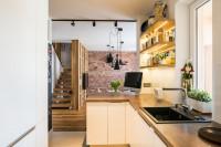 Svetlá úzka kuchyňa v prírodných materiáloch
