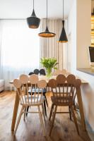 Jedálenský kút s dizajnovými drevenými stoličkami