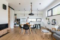 Okrúhly jedálenský stôl a elegantné čierne stoličky vo vzdušnej jedálni