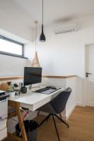 Pracovný kút s elegantným bielym písacím stolom