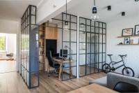 Drevený stôl a čierna kancelárska stolička v industriálnej pracovni