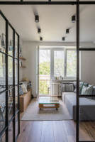 Industriálny konferenčný stolík a sivá pohovka v malej obývačke