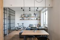 Jedálenský stôl a stoličky v industriálnej obývačke