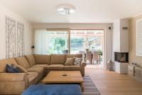 Rohová pohovka v priestrannej obývačke