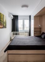 Drevená manželská posteľ v modernej svetlej spálni