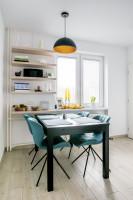 Čierny jedálenský stôl a elegantné látkové stoličky