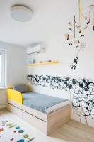 Posteľ s úložným priestorom vo svetlej detskej izbe