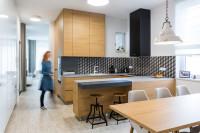 Dlhý drevený jedálenský stôl v modernej kuchyni