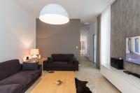 Látkové pohovky v modernej obývačke v sivých tónoch