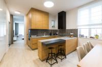 Kuchynská linka vo farbe prírodného dreva v modernej kuchyni