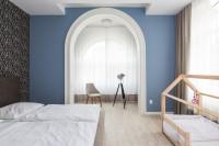 Manželská posteľ v spálni so zaujímavou modrou stenou
