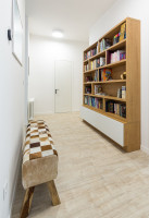 Elegantná drevená knižnica vo svetlej chodbe