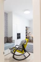 Výrazné hojdacie kreslo v monochromatickej detskej izbe