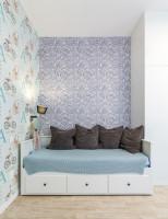Posteľ s úložným priestorom a dekoračnými vankúšmi