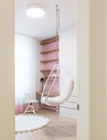 Závesné kreslo a pracovný kút v ružovobielej detskej izbe