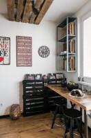 Čierne barové stoličky v malej industriálne ladenej kuchyni