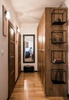 Veľké zrkadlo na stenu a drevené skrine v úzkej predsieni