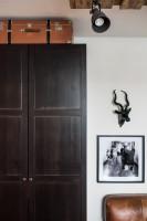 Hnedá šatníková skriňa a štýlové dekorácie