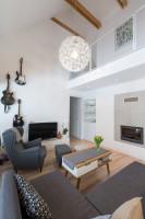 Sivé kreslo ušiak vo vzdušnej obývačke