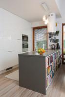 Sivý kuchynský ostrovček v kontraste s modernou bielou kuchynskou linkou
