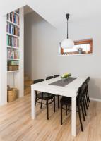 Biely jedálenský stôl v kontraste s čiernymi stoličkami