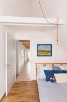 Drevená manželská posteľ v podkrovnej spálni
