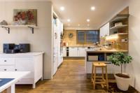 Biela kuchynská linka v priestrannej provensálskej kuchyni