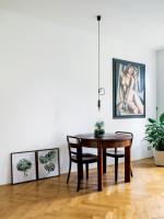 Drevený jedálenský stolík so stoličkami v retro obývačke