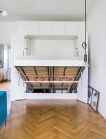 Vyklápacia manželská posteľ ukrytá v bielej skrinke