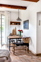 Jedálenský kútik v obývačke s prepojením na vonkajšiu terasu
