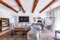 Obývačka v svetlých tónoch v kombinácii s drevom vo vidieckom štýle