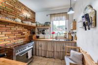 Minimalisticky zariadená kuchyňa vo vidieckom štýle