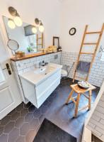 Jednoduchá kúpeľňa v prírodných tónoch