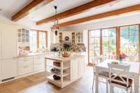 Svetlá kuchyňa s ostrovčekom vo vidieckom štýle