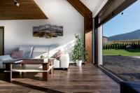 Moderná obývačka v kombinácii bielej s drevom