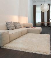 Obývacia izba s nábytkom krémovej farby