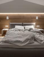 Moderná spálňa v prírodných odtieňoch hnedej a sivej farby