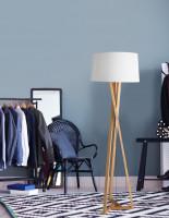 Drevená moderná lampa v priestrannom šatníku