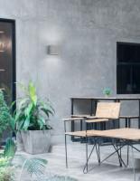 Drevené posedenie v sivom interiéri