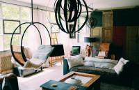 Obývačka v bohémskom štýle s oceľovým závesným kreslom